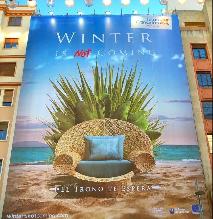 Lona gigante con geolocalización en la Gran Vía de Madrid de la acción promocional «Winter is not coming» de Islas Canarias
