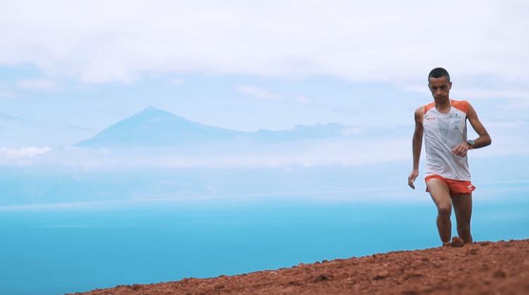 Fotograma del reportaje sobre Cristofer Clemente, subcampeón del mundo de trail running, entrenando en La Gomera, Islas Canarias
