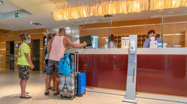 Turistas en la recepción de un alojamiento turístico de las Islas Canarias