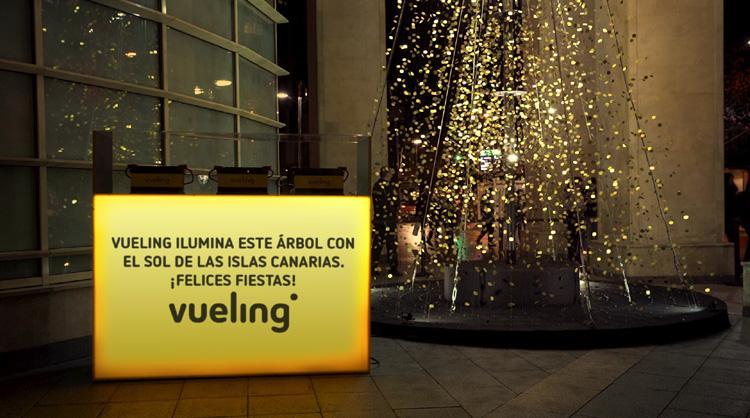 Árbol de Navidad en Bilbao con iluminación procedente de baterías cargadas con energía solar de Canarias. Acción de cobranding Vueling – Islas Canarias