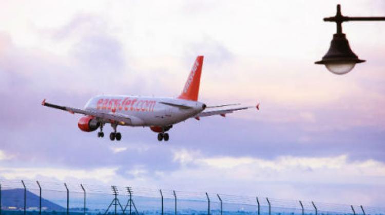 Avión de EasyJet aterrizando en el aeropuerto de Lanzarote, Islas Canarias