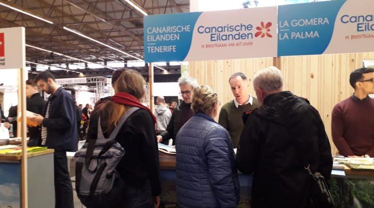 Visitantes de Fiets en Wandelbeurs, en Gante, interesados en el stand de Islas Canarias