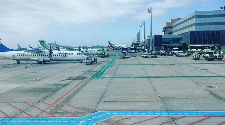 Aviones en uno de los aeropuertos canarios, Islas Canarias