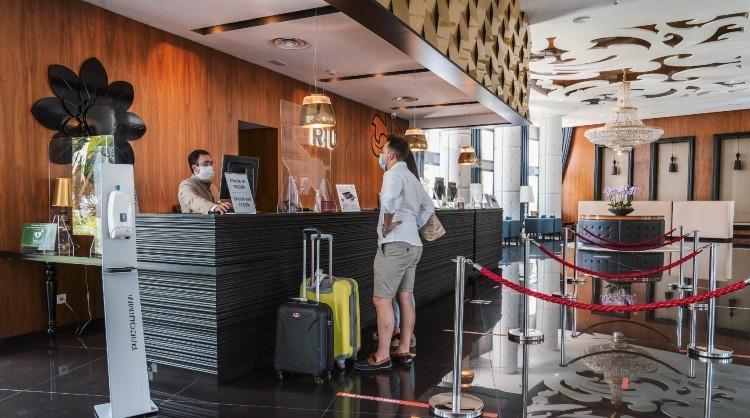 Turistas en la recepción de un hotel de las Islas Canarias