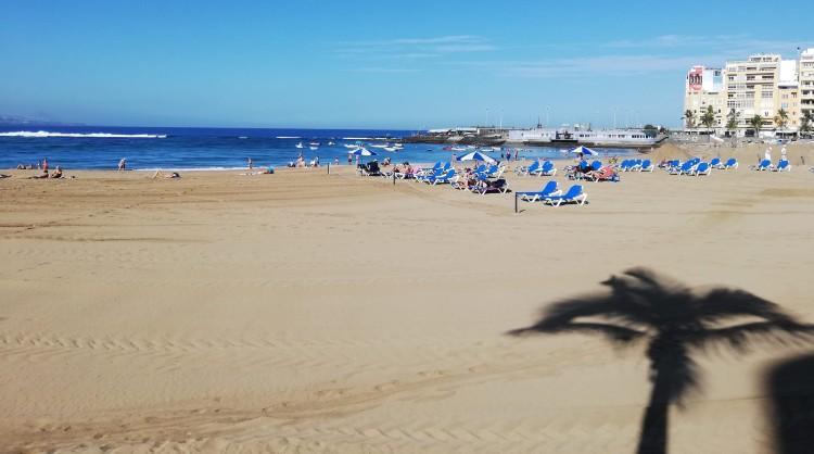 Turistas en la playa. Islas Canarias
